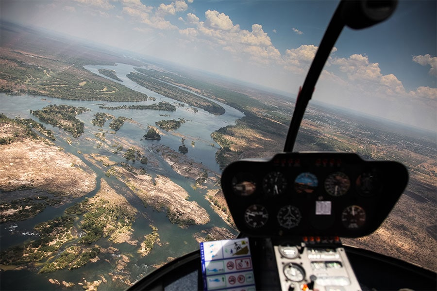 helikopterflug-ueber-victoria-faelle-simbabwe-sambesi