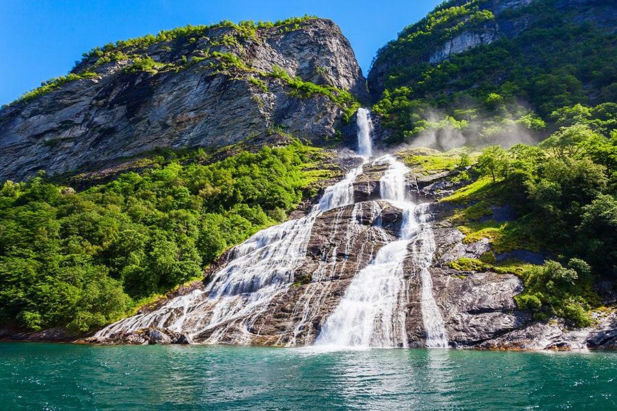 wasserfaelle-des-geirangerfjords-norwegen-alesund